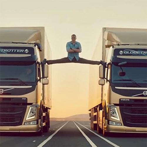 Jean Claude van Damme zwischen zwei LKW