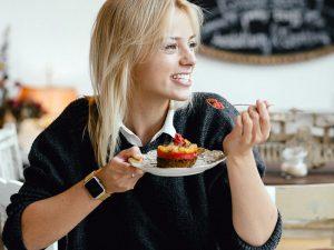 Ernährungsexpertin Mareike Awe beim Essen