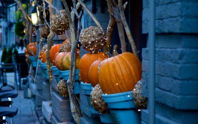 Halloween im Kerzenschein: 3 einfache DIY Ideen für Teelichter