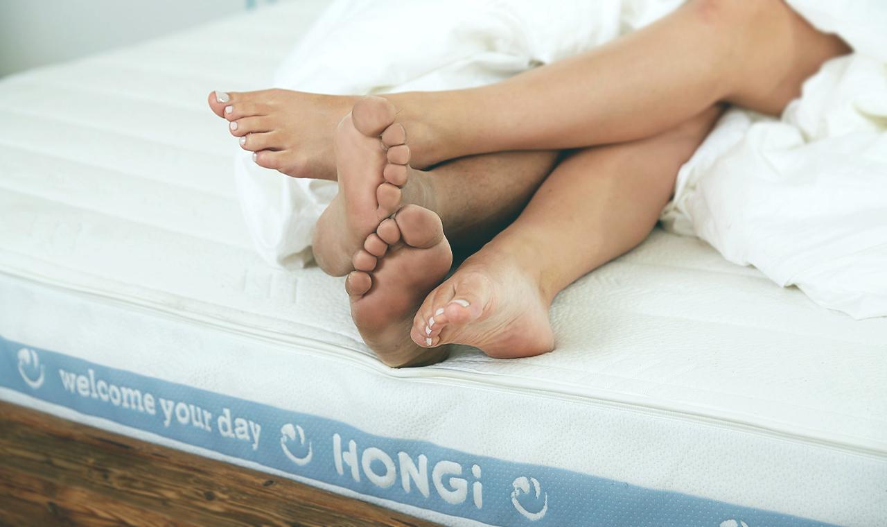 Zwei in einem Bett: Wie wirkt das gemeinsame Schlafen auf eure Beziehung?